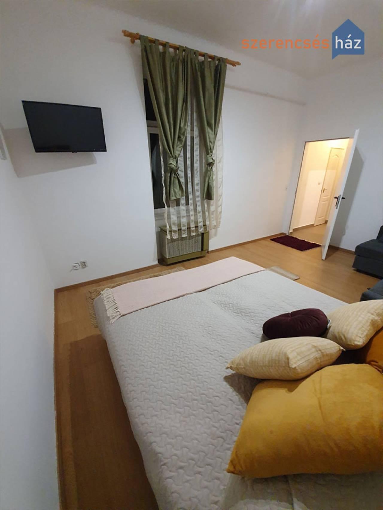 Két lakrészes, felújított lakás kertrésszel