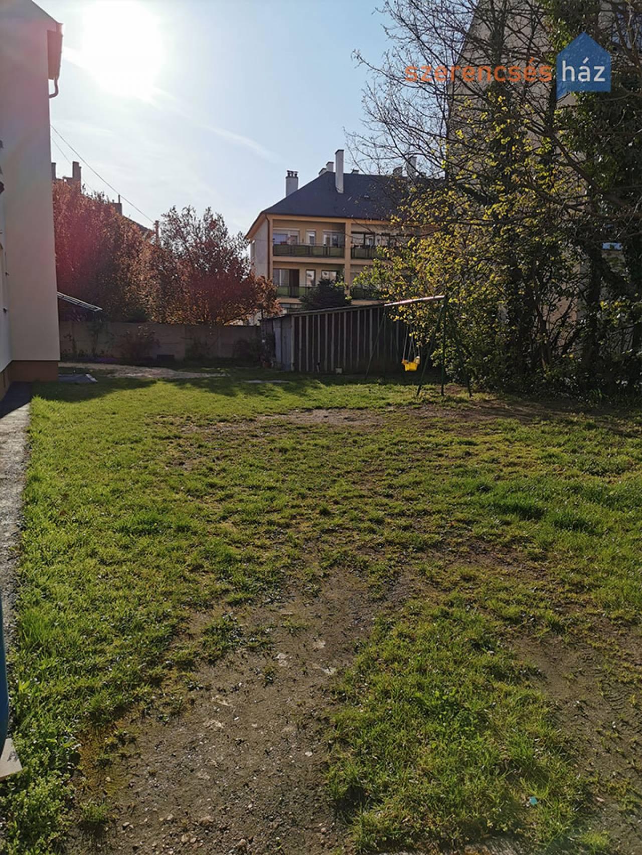 Közös kertes, erkélyes lakás Sopronban