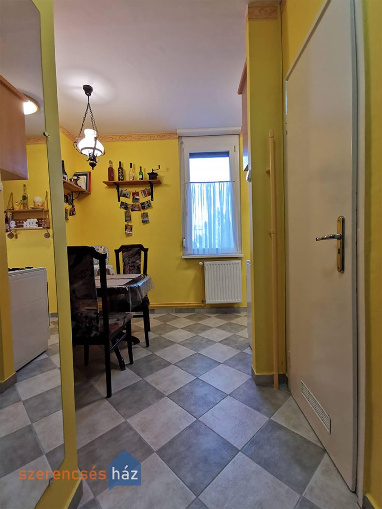Fiatalos lakás a József Attila lakótelepen