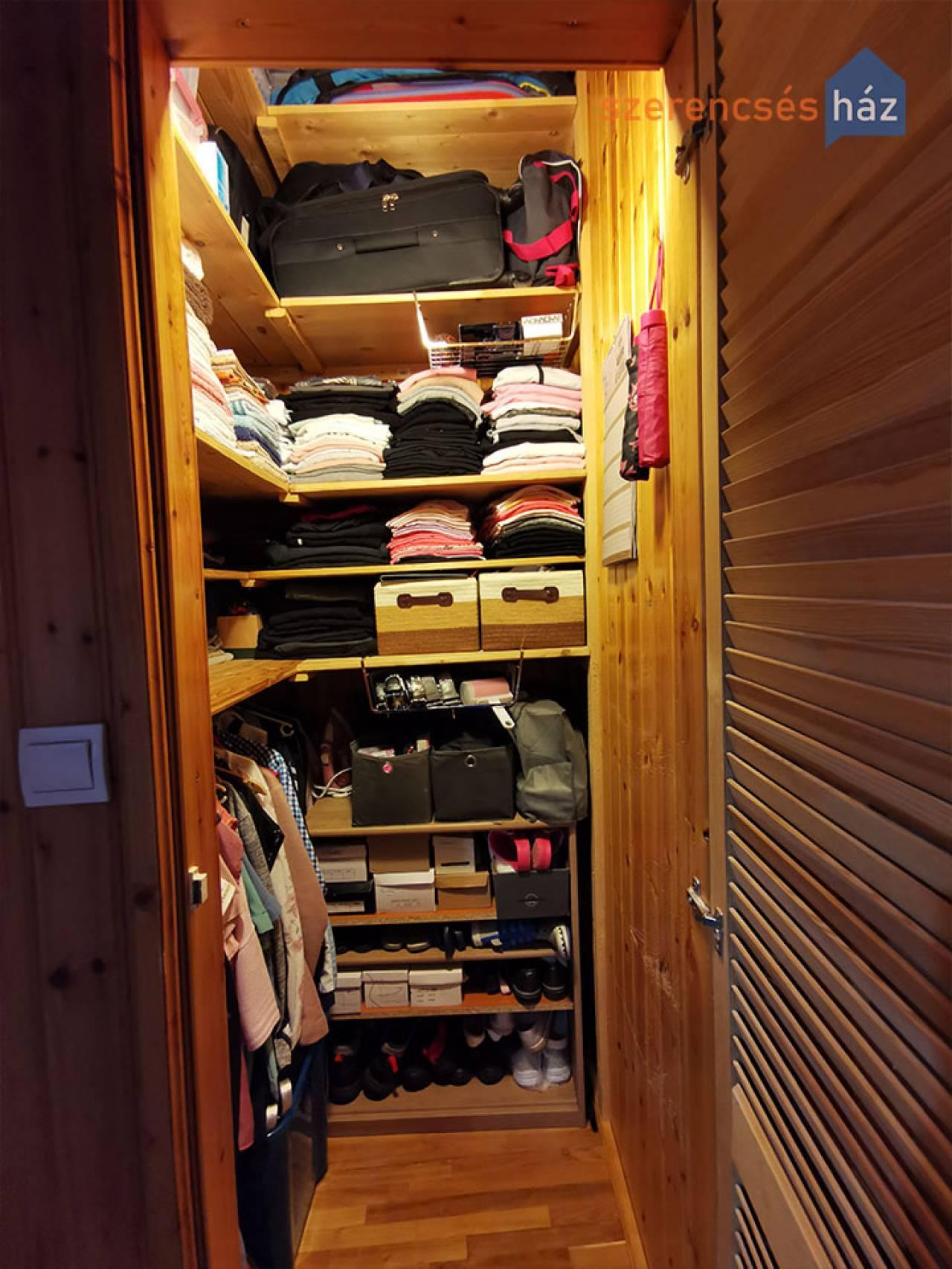I, emeleti kis lakás tárolóval