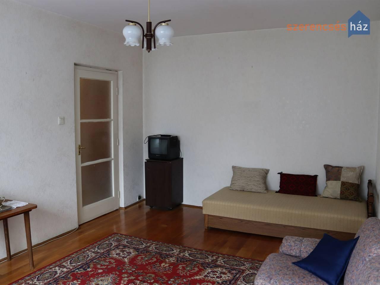 1,5 szobás földszinti lakás a belváros közelében